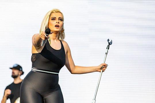 Bebe Rexha by podle producenta neměla pózovat polonahá.