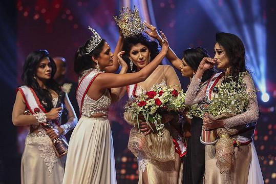 Okamžik, kdy Caroline Jurie (druhá zleva) stahuje vítězce Mrs. Srí Lanka korunku z hlavy