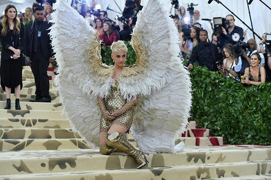 Katy Perry proměnila Donatella Versace do podoby anděla.