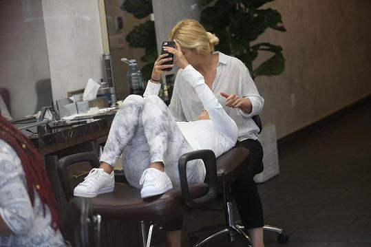 Když se Eva položila na lehátko, ihned si před obličej přišpendlila svůj mobil.