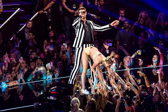 Jeho nechvalně proslulé vystoupení s Miley Cyrus na udílení cen MTV v roce 2013, zpěvák v té době dost hýřil.