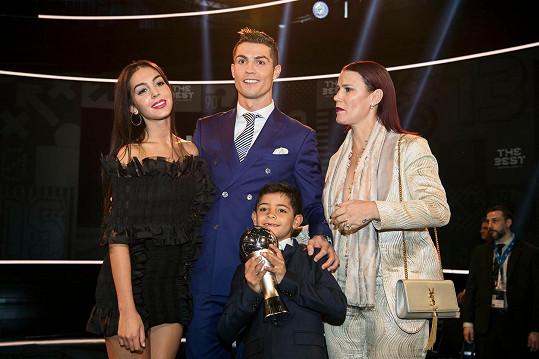Cristiano Ronaldo byl vyhlášen nejlepším fotbalistou světa. Kromě jeho přítelkyně Georginy a syna Cristiana juniora přišla i jeho sestra Katia (vpravo).