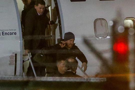 Princ Harry přiletěl za rodinou.