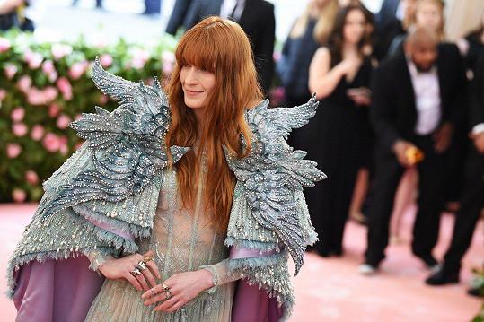 Letos vystoupí s kapelou Florence and the Machine poprvé v Česku.