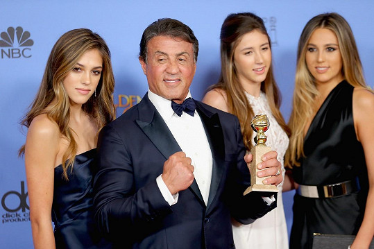 Sylvester Stallone se na loňských Zlatých glóbech dmul pýchou právě v obležení dcer...