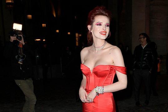 Bella Thorne zářila na premiéře v krásných šatech.