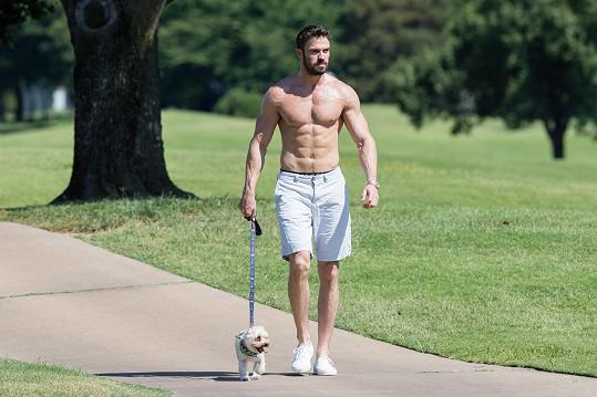 Chad Johnson na procházce se psem