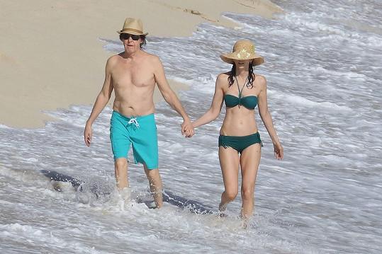 Paul McCartney z kapely Beatles s manželkou na ostrově St. Barts