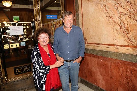 Manželé Václav Vydra a Jana Boušková vyrazili do kina Lucerna.
