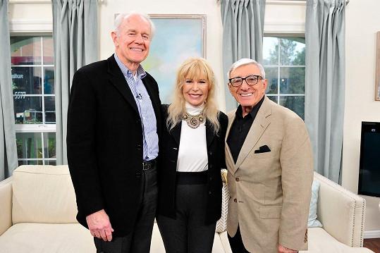 V roce 2017 se tři ze čtyř hlavní hrdinů seriálu, kteří jsou ještě naživu, potkali v pořadu televize Hallmark. Zleva: Mike Farrell, Loretta Swit, Jamie Farr