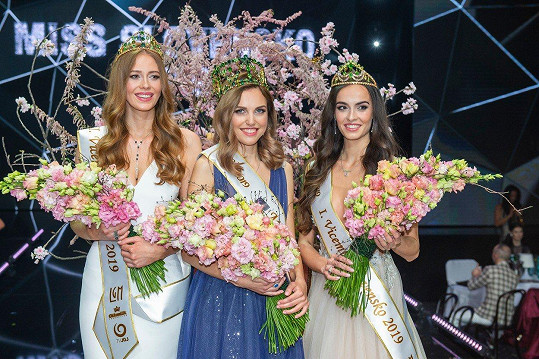 Zleva: Druhá vicemiss Natália Hrušovská (21), Miss Slovensko Frederika Kurtulíková (24), první vicemiss Alica Ondrášová (23)