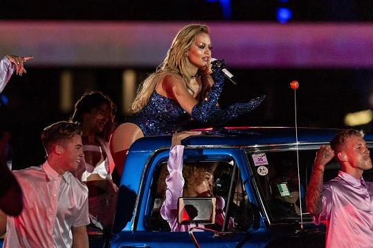 Při vystoupení se pohybovala nejen na pódiu, ale i autě.