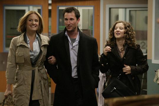 Sherry Stringfield jako Dr. Susan Lewis, Noah Wyle jako Dr. John Carter a Hallee Hirsh jako Rachel Greene