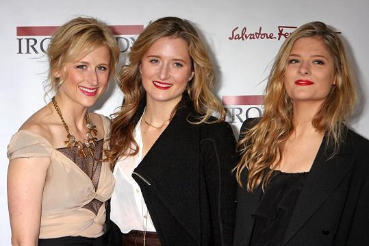 Grace (uprostřed) se svými sestrami Mamie (vlevo) a Louisou.