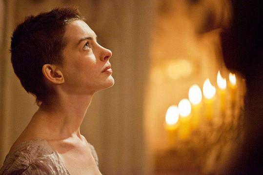 Anne Hathaway v muzikálu Bídníci (2012)