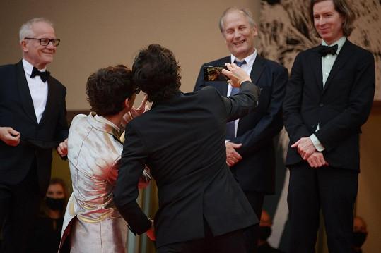 Focení s Timothéem Chalametem přihlíželi další kolegové.