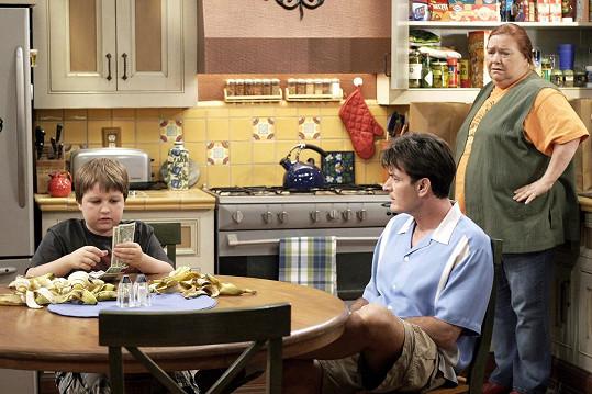 Conchata Ferrell jako hospodyně Berta v populárním sitkomu Dva a půl chlapa. Na snímku s Angusem Jonesem a Charliem Sheenem