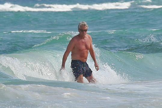 Slavný herec se vrhl do vln.