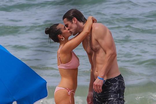 Nina Dobrev a Grant Mellon se k sobě tiskli na pláži.