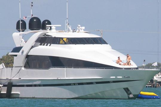 Joanna Krupa s Romainem Zagem na obrovské luxusní jachtě na Floridě.
