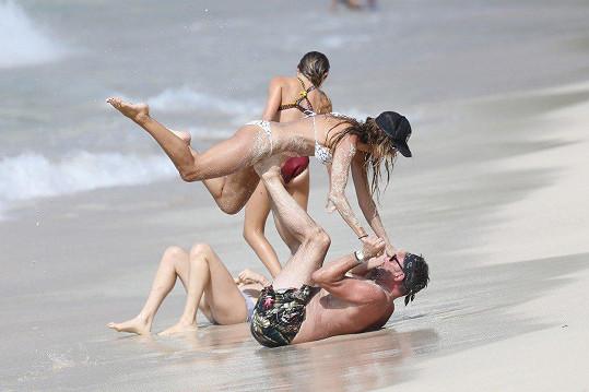 Trio si vybralo pláže ostrova St Barts i proto, že tady není hlava na hlavě a může tu nerušeně relaxovat.