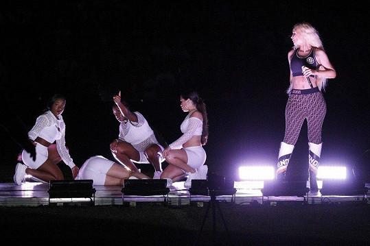 Během koncertu Iggy Azaley zkolabovala tanečnice.