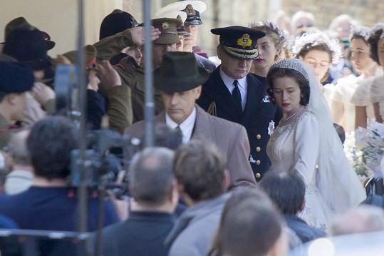 Svatba britské panovnice se připomněla během natáčení nového seriálu.