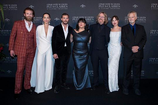 Spisovatelka E.L. James (uprostřed) s delegací k filmu Padesát odstínů svobody, který je adaptací její knihy.