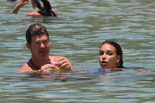 Zpěvák a jeho snoubenka na dovolené na Havaji