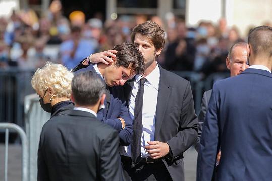 Alessandro Belmondo utěšuje na pohřbu svého mladšího bratra Giacoma.