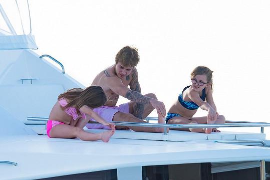 Justin holky učil pár jógových cviků.