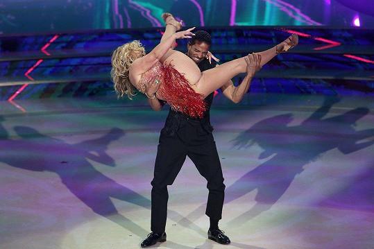 Tanečník měl její kalhotky přímo pod nosem.
