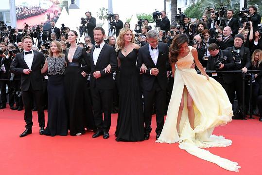 Amal Clooney měla šaty nádherné, jen trochu nepraktické do větrného počasí.