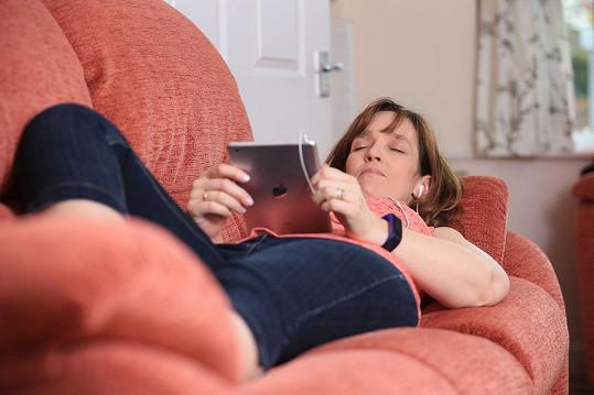 Pak se ale uložila každý večer na pohovku s tabletem a zaposlouchala se do hypnózy...