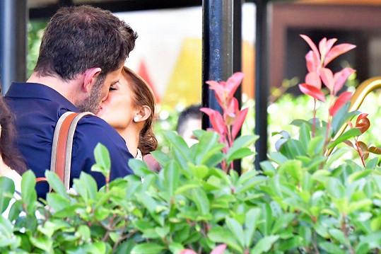 Tihle dva jsou znovu zamilovaní až po uši.