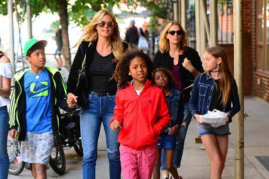 Modelka se všemi svými čtyřmi dětmi v americkém velkoměstě