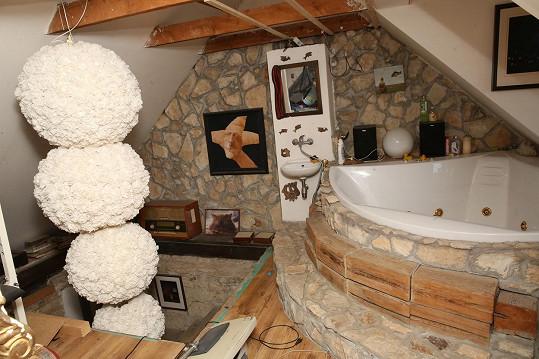 Rohová vana je atypicky zabudovaná v otevřeném prostoru u schodiště.