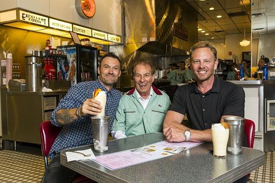 S Brianem Greenem (vlevo), Ianem Zieringem a dalšími vzdali hold zesnulému Luku Perrymu.