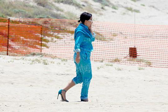 Přesto se nevyzula a nořila se do písku.