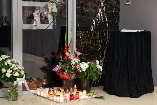 Před vchodem vzniklo pietní místo, kam lidé mohou přinést květinu, zapálit svíčku a podepsat se do kondolenční knihy.