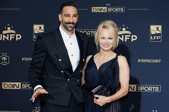 Pamela Anderson obvinila partnera Adila Ramiho z nevěry.