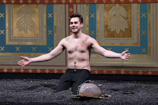 Hraje v divadelní hře Manon Lescaut.