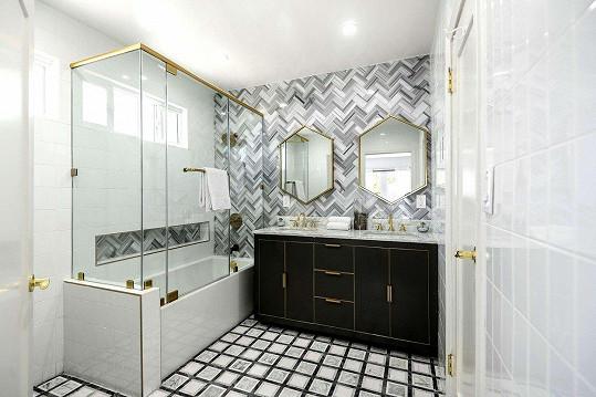 Jedna ze tří koupelen