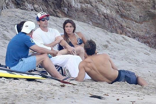 Na pláž vyrazili s partou přátel.