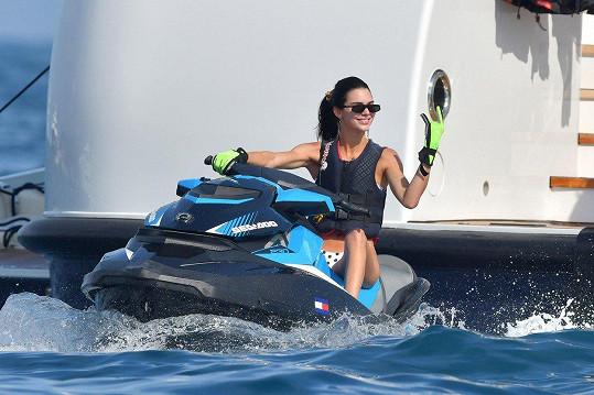 Na jachtě u francouzského pobřeží si užívala zábavu.