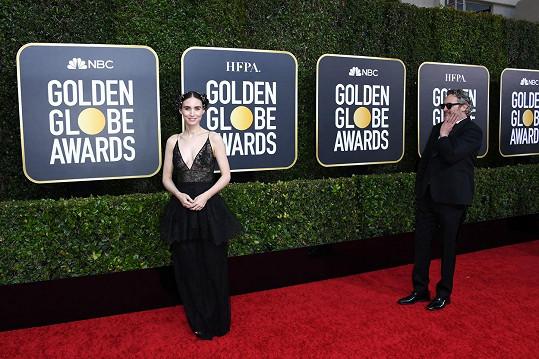Na Zlaté glóby, kde rovněž bodoval, jej doprovodila snoubenka Rooney Mara.