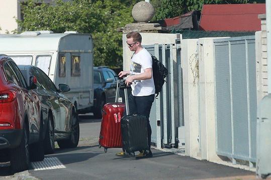 Jakub Prachař přijel s jedním kufrem, odcházel se dvěma a s batohem.