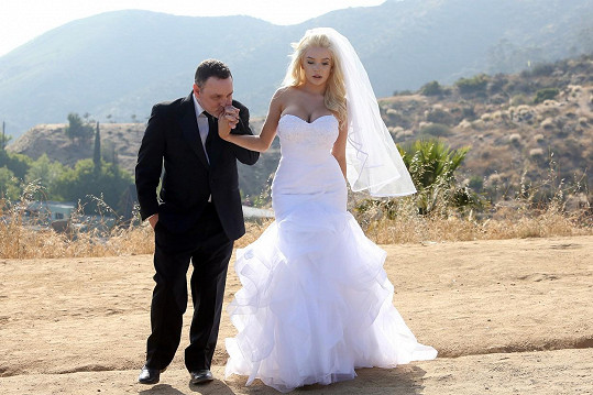 Courtney Stodden a Doug Hutchison si znovu řekli ano v Hollywoodu.