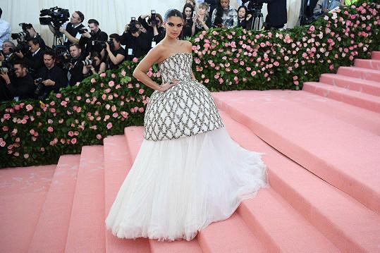 Modelka z přehlídek Victoria's Secret Sara Sampaio v prostorově výrazných šatech se stříbrnými aplikacemi