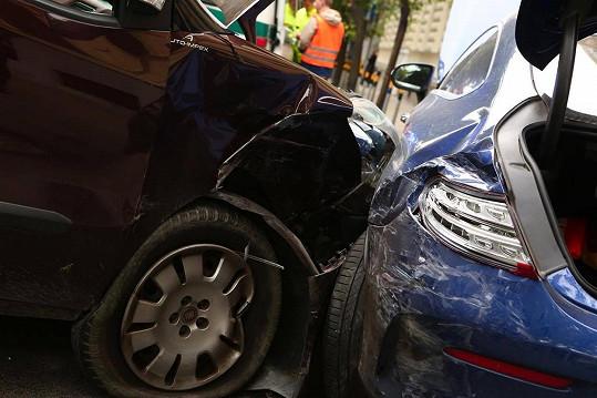 Zaparkované auto slavné herečky se po střetu s jiným vozem zastavilo až o strom na chodníku. Vašáryová v něm v tu chvíli naštěstí neseděla.
